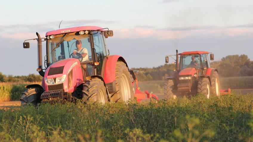 tractors-2638536_1280
